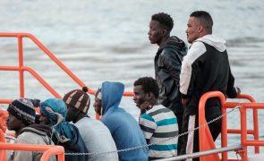 Navio de ONG com 322 migrantes a bordo pede porto para desembarque