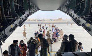 Afeganistão: Bahrein autoriza voos de Cabul com refugiados