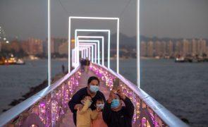China formaliza política de três filhos por casal