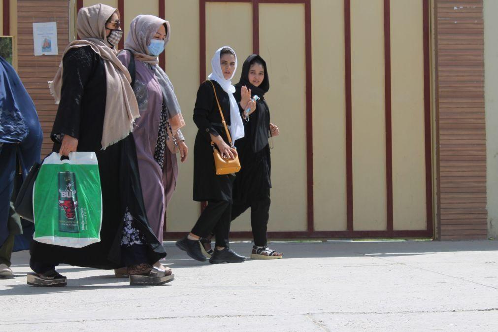 Afeganistão: Mais de uma centena manifesta-se no Porto em solidariedade com as mulheres