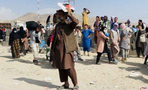 Sete afegãos morrem no caos do aeroporto de Cabul - militares