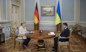 Merkel tenta acalmar receios de Kiev sobre gasoduto russo que contorna a Ucrânia