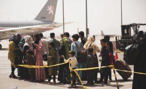 Afeganistão: EUA alertam para ameaça terrorista no aeroporto de Cabul