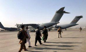 Talibãs não anunciarão governo enquanto houver soldados norte-americanos no país