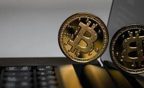 Bitcoin valoriza quase 4% e ultrapassa os 42 mil euros