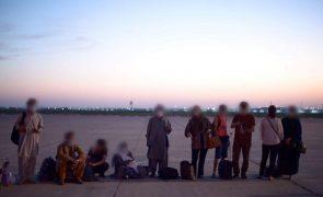 Afeganistão: França termina ponte aérea na quinta-feira se EUA saírem no dia 31