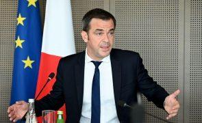 Covid-19: França vai dar a terceira dose da vacina aos maiores de 65 anos