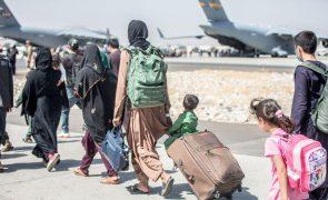 Afeganistão: Talibãs permitem entradas e saídas após 31 de agosto