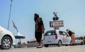 Afeganistão: Talibãs acusam EUA e aliados de tentarem dividir afegãos