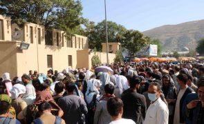 Explosão à porta do aeroporto de Cabul faz 13 mortos e dezenas de feridos