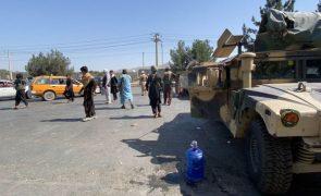 Afeganistão: Talibãs dizem controlar aeroporto de Cabul, Pentágono desmente