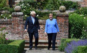 Afeganistão: Jonhson e Merkel acordam trabalho sobre crise afegã
