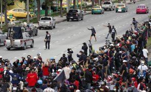 Covid-19: Protesto a exigir demissão de primeiro-ministo tailândês gera confrontos com a polícia