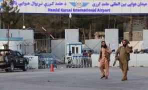Afeganistão: Talibãs admitem