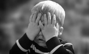 Criança transsexual de 3 anos tenta cortar pénis com tesoura