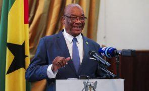 São Tomé/Eleições: PR cessante diz que se mantém em funções até à posse do sucessor