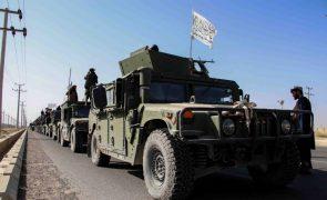Afeganistão: Talibãs fazem grande desfile em Kandahar com veículos militares dos EUA