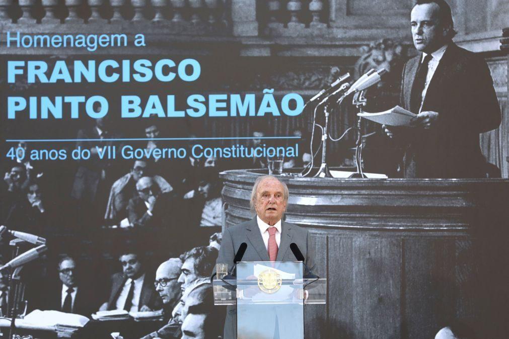 Pinto Balsemão alerta para desafio de manter democracia