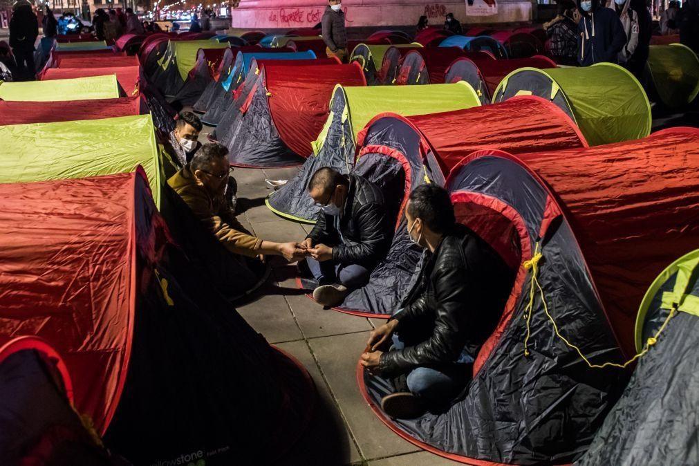 Perto de 1.200 migrantes retirados de acampamento frente a município de Paris