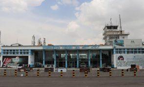 Afeganistão: Aeroporto de Cabul retoma voos domésticos