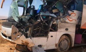 Despiste e capotamento de autocarro causa 12 mortos e 30 feridos