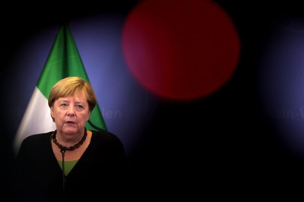 Angela Merkel apela ao diáloco com talibãs para continuar retirada de alemães