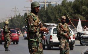 Afeganistão: Talibãs advertem contra insurgência e convocam as forças armadas do país