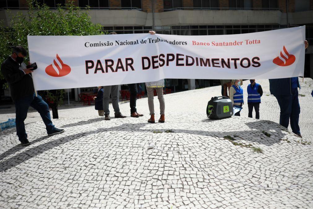 Bancários decidem hoje se avança greve contra despedimentos no BCP e Santander