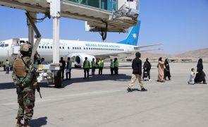 Afeganistão: Antony Blinken negoceia com talibãs voos adicionais de retirada de civis