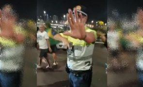 Polícia saca de arma para conter apoiantes de Bolsonaro [vídeo]