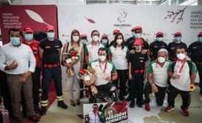 Tóquio2020: 'Festa' junta dezenas no aeroporto para receber atletas paralímpicos