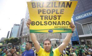 Com cartazes em inglês bolsonaristas criticam juízes e pedem governo militar no Brasil