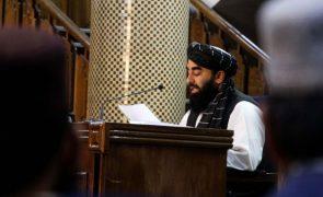 Governo talibã acolhido com suspeita pelos ocidentais