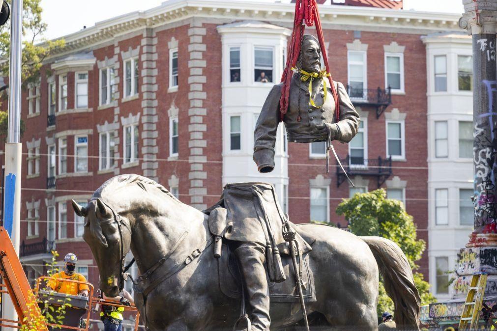 Derrubada na Virginia estátua simbólica do passado esclavagista dos EUA