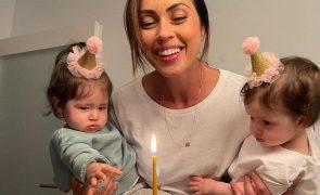 """Débora Monteiro sofre pelas filhas gémeas doentes: """"Dói só de as ver assim"""""""