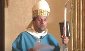 Bispo renuncia à Igreja por amor a autora de livros eróticos