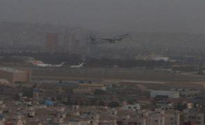 Afeganistão: EUA anunciam retirada de mais 32 pessoas, 21 delas norte-americanas