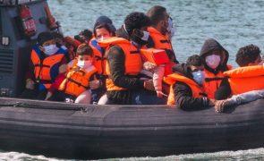 Migrações: França resgata 126 migrantes que tentavam alcançar Reino Unido