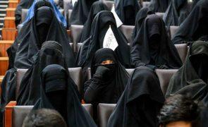 Afeganistão: Talibãs permitem mulheres a estudar mas em universidades segregadas