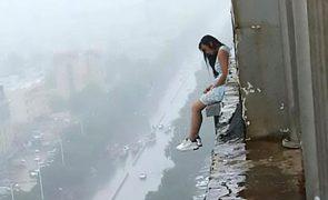 Jovem tenta o suicídio e atira-se de um 17.º andar [vídeo]