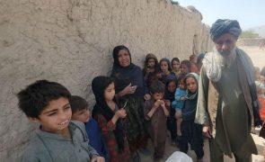 Afeganistão: Paquistão diz-se incapaz de receber mais refugiados afegãos