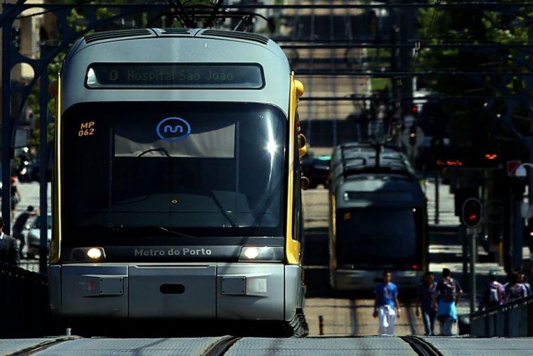 Utentes dos transportes públicos do Porto denunciam atrasos e avarias