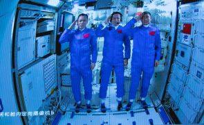 Astronautas chineses deixam estação espacial de regresso à Terra após 90 dias