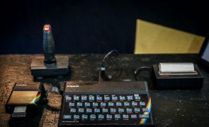 Morreu Clive Sinclair. Inventor do computador ZX Spectrum tinha 81 anos