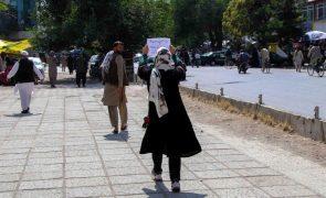 Talibãs ordenam regresso à escola apenas a rapazes