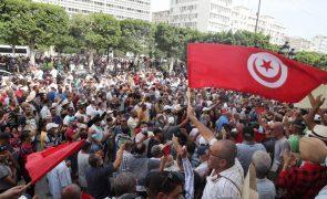 Manifestação em Tunes contra golpe de Saied