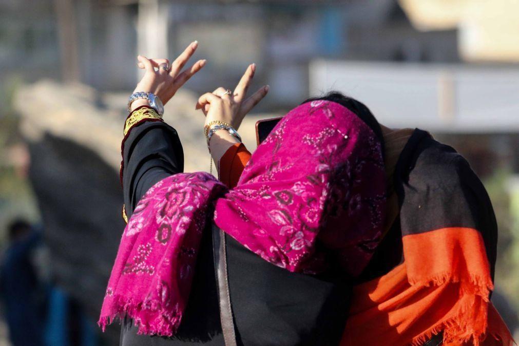 Afeganistão: Mulheres políticas realizam primeira conferência de imprensa sob regime talibã