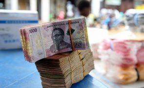 Moeda de Angola vai cair para 666 kwanzas por dólar até final do ano - Consultora