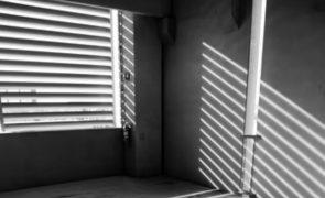 Homem morre atingido por portão de garagem