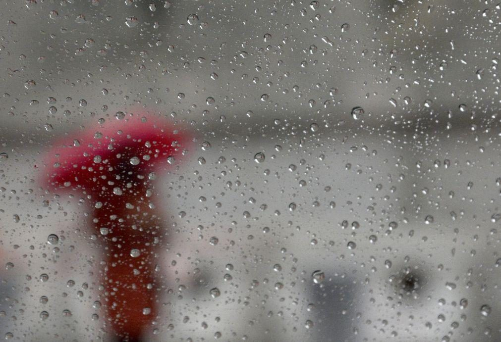 Treze distritos sob aviso amarelo na quinta-feira devido à chuva e trovoadas